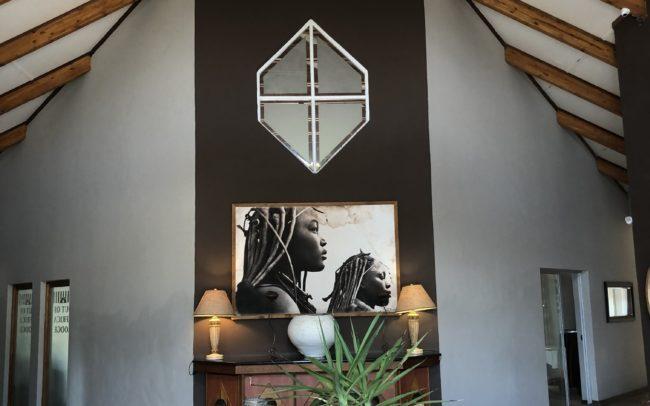 Hall de réception du lodge Out of Africa, table de réception, buffet et belle décoration de style africain