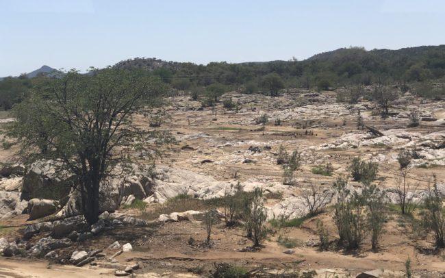 Paysages arides très divers de Namibie alternants roches et déserts, de toutes les couleurs