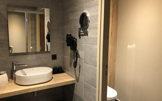Salle de bains avec carrelage